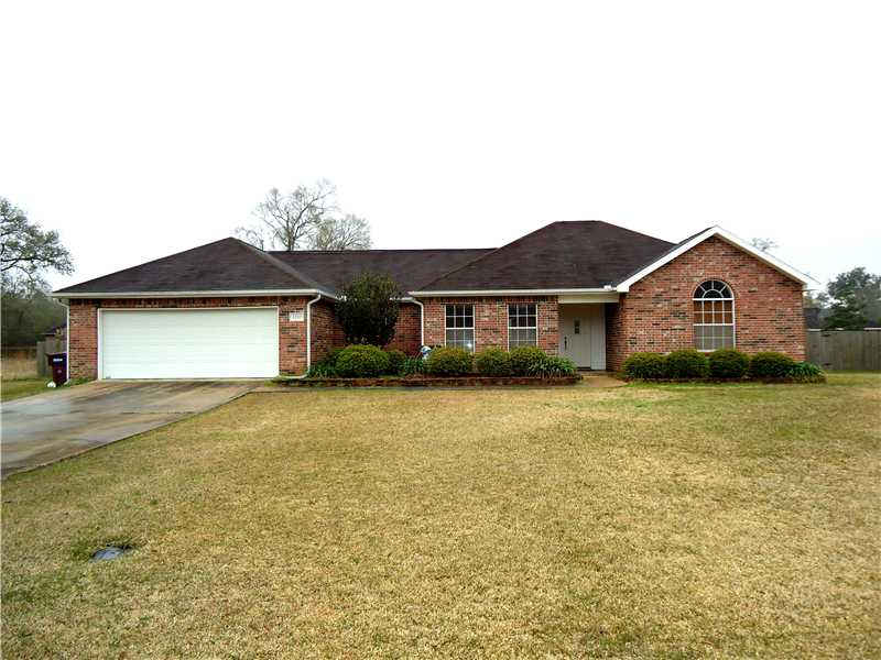 Front of 2707 Redwood Drive in Sulphur